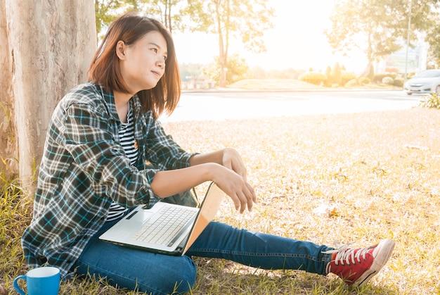 Mulher jovem, sentando, com, laptop