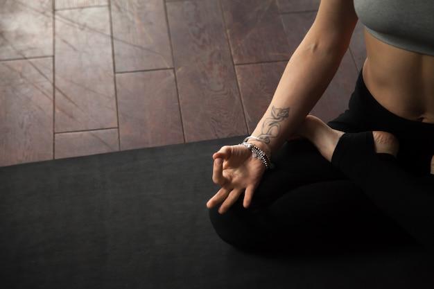 Mulher jovem, sentando, em, padmasana, pose, branca, sótão, estúdio
