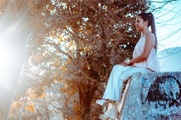 Mulher jovem, sentando, parque
