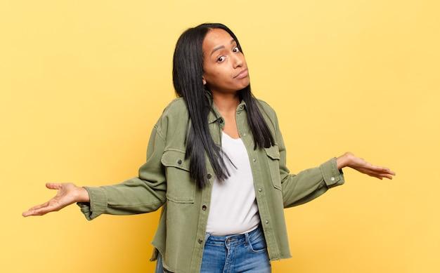 Mulher jovem sentindo-se perplexa e confusa, insegura sobre a resposta ou decisão correta, tentando fazer uma escolha
