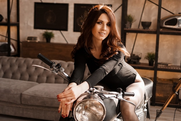 Mulher jovem sexy com motocicleta