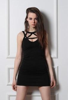 Mulher jovem sexy, posando com vestido preto