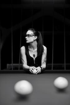 Mulher jovem sexy quente jogando bilhar. mulher em tatuagem, morena sexy.