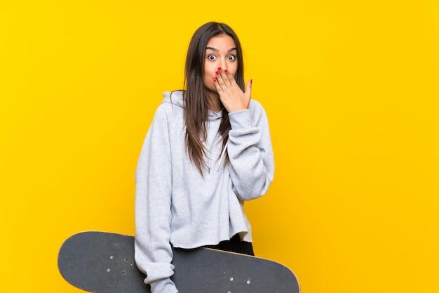 Mulher jovem skatista com expressão facial de surpresa