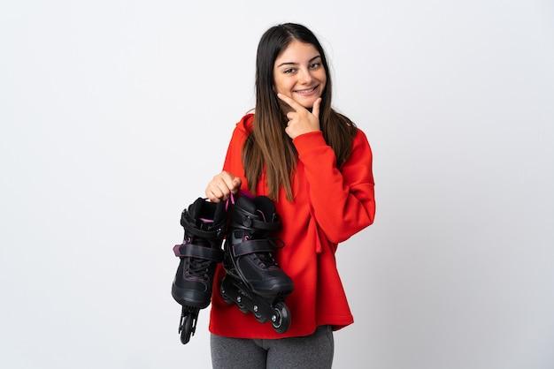 Mulher jovem skatista isolada no fundo branco feliz e sorridente