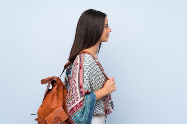 Mulher jovem, sobre, isolado, parede azul, com, mochila