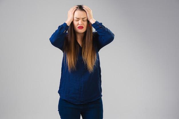 Mulher jovem sofre de dor, sente-se doente e fraqueza