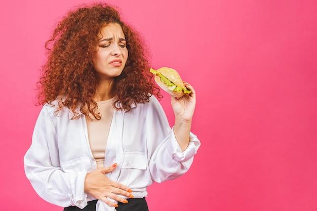 Mulher jovem sofre de dores de estômago