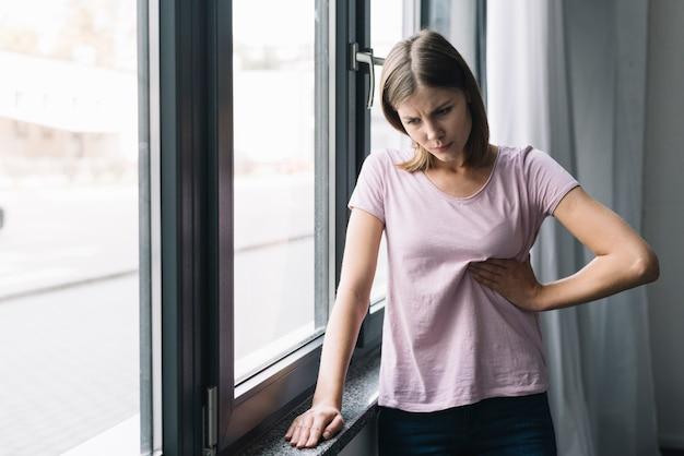 Mulher jovem, sofrimento, de, cintura, dor