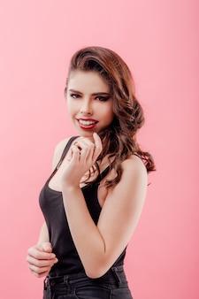 Mulher jovem sorridente em roupas pretas