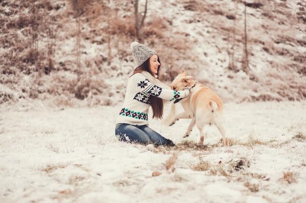 Mulher jovem, sorrindo, e, tocando, com, a, cão