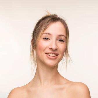 Mulher jovem, sorrindo, retrato