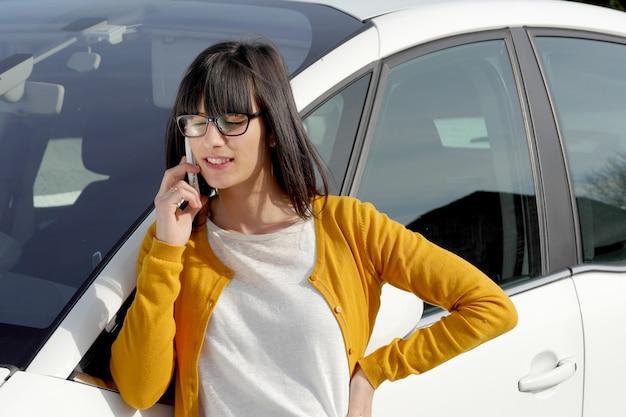 Mulher jovem, telefone