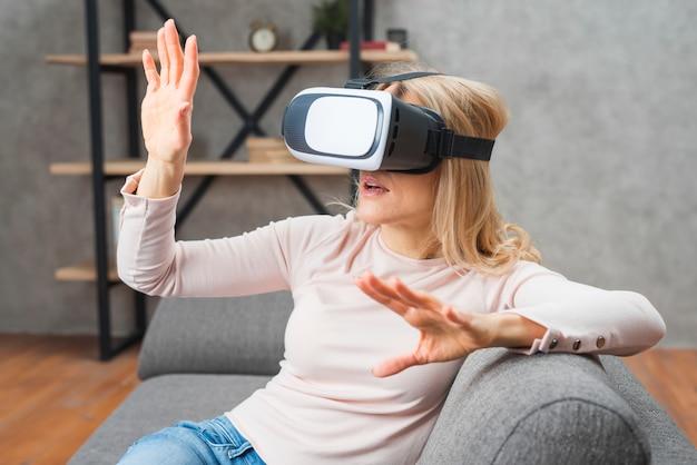 Mulher jovem, tendo divertimento, com, novo, tecnologia, vr, óculos headset