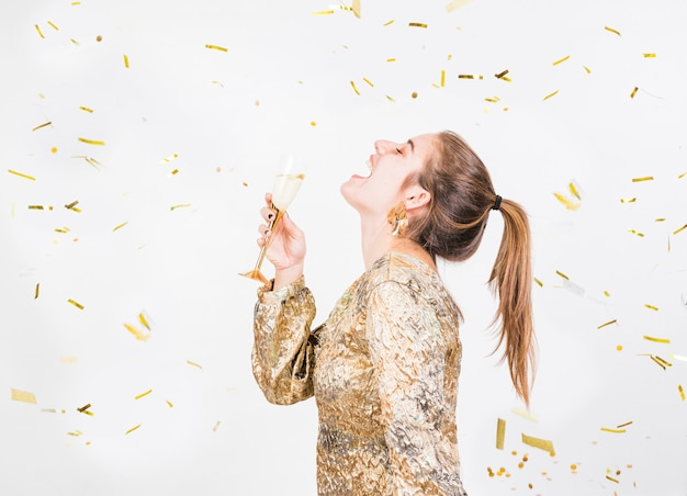 Mulher jovem, tendo divertimento, em, partido, com, vidro champanhe