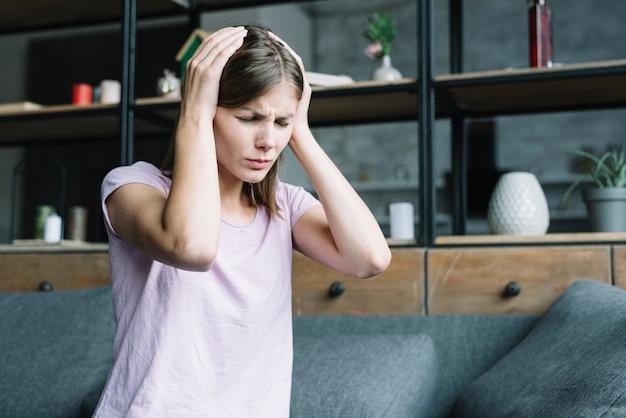 Mulher jovem, tendo, dor de cabeça, casa