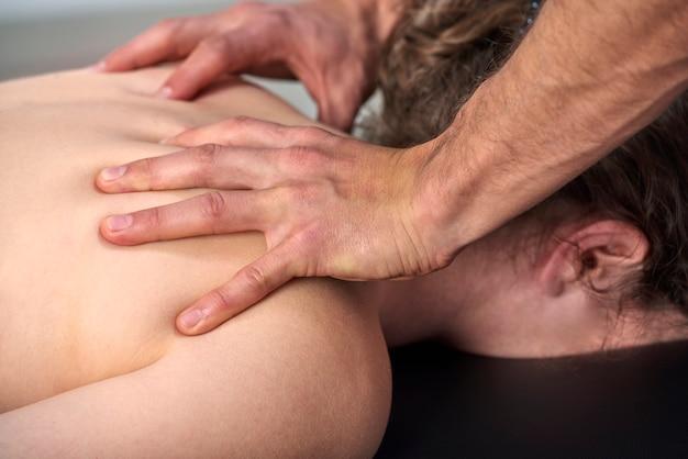 Mulher jovem, tendo, quiropraxia, costas, ajuste