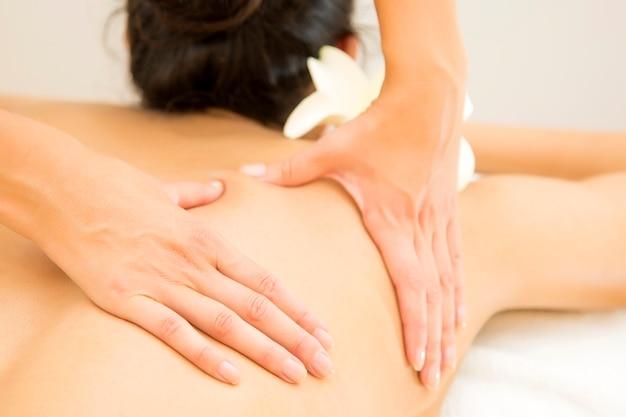 Mulher jovem, tendo, um, massagem