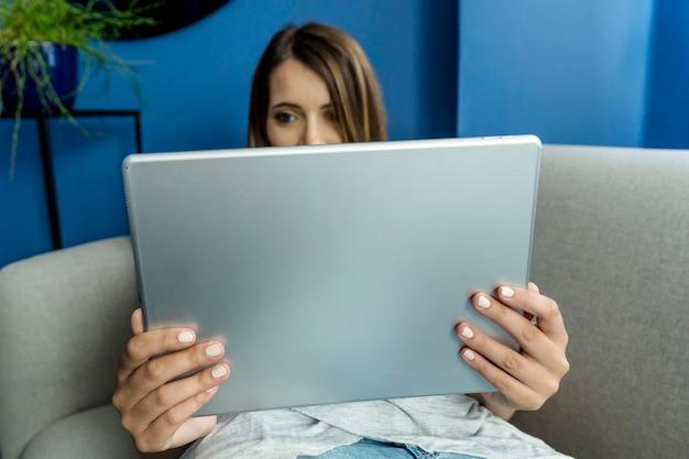 Mulher jovem, tendo, um, videoconference