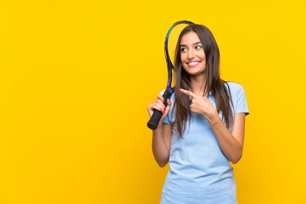 Mulher jovem tenista apontando para o lado para apresentar um produto