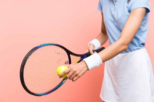 Mulher jovem tenista isolado parede rosa