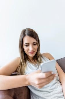 Mulher jovem, texting, telefone