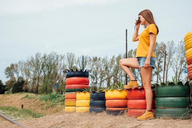 Mulher jovem, tirando uma foto, em, a, campo
