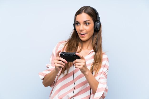 Mulher jovem, tocando, com, um, videogame controlador