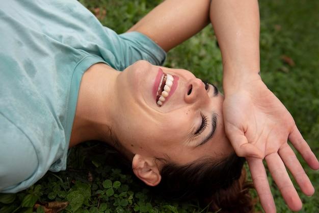 Mulher jovem tolerando a onda de calor ao ar livre