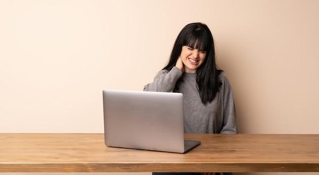 Mulher jovem, trabalhando, com, dela, laptop, com, neckache
