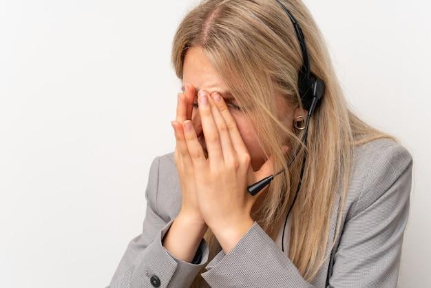 Mulher jovem, trabalhando, com, headset, em, um, escritório, com, dor de cabeça