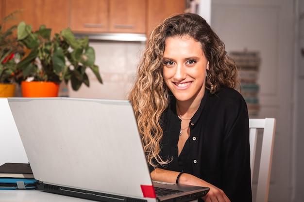 Mulher jovem trabalhando com um laptoop