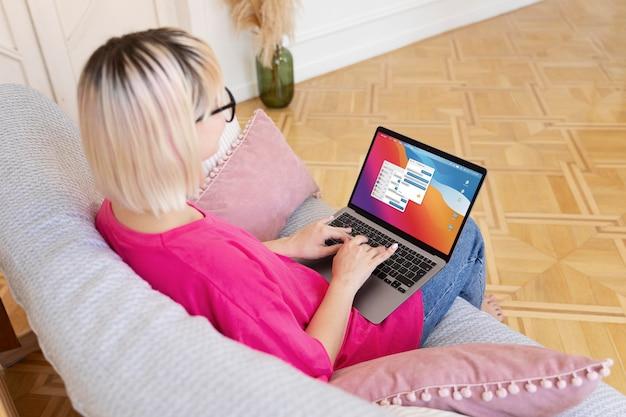 Mulher jovem trabalhando em casa