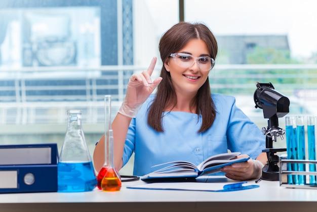 Mulher jovem, trabalhando, em, laboratório