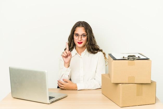Mulher jovem trabalhando em um escritório de entrega