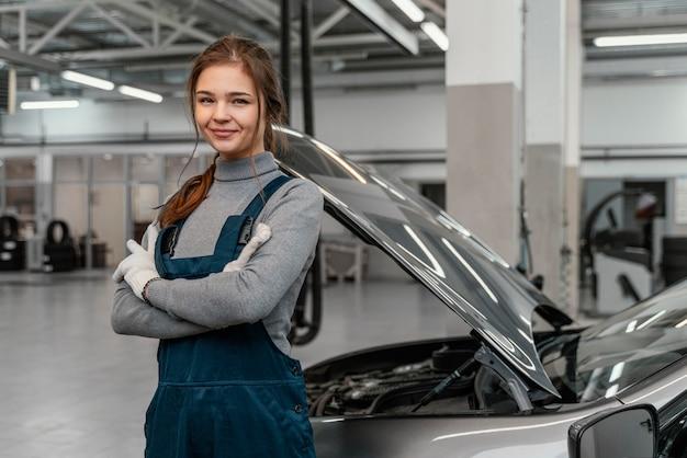 Mulher jovem trabalhando em uma oficina de automóveis