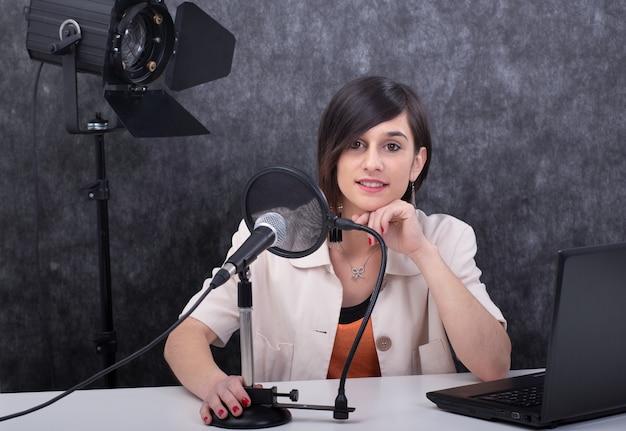 Mulher jovem, trabalhando, rádio