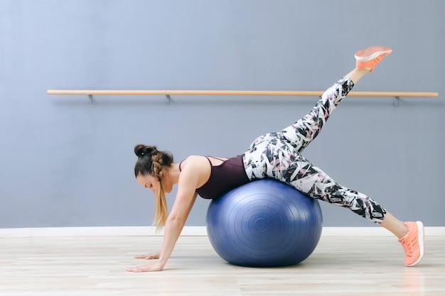 Mulher jovem, treinamento, ligado, fitball