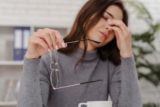 Mulher jovem triste enquanto trabalha em casa