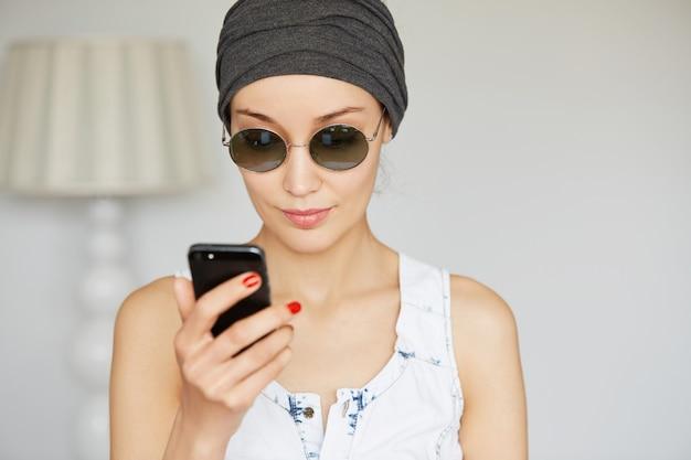 Mulher jovem trocando mensagens com o namorado usando uma conexão de internet de alta velocidade em casa
