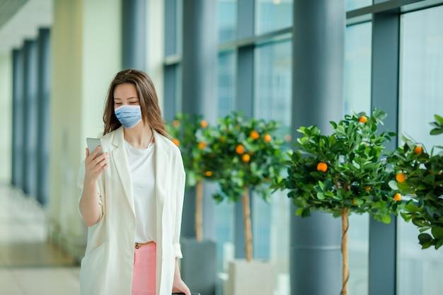 Mulher jovem turista com bagagem no aeroporto internacional