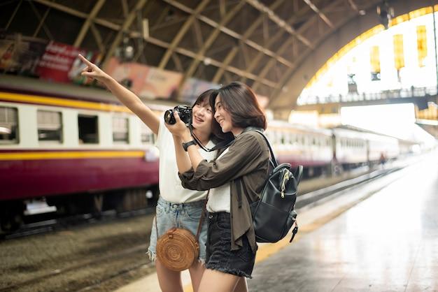Mulher jovem turista está desfrutando em bangkok, tailândia