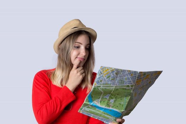Mulher jovem turista olhando mapa.