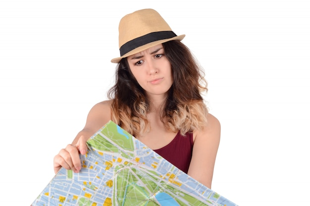 Mulher jovem turista olhando para o mapa.