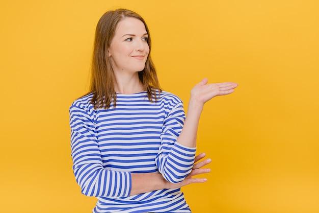 Mulher jovem usa um suéter listrado azul