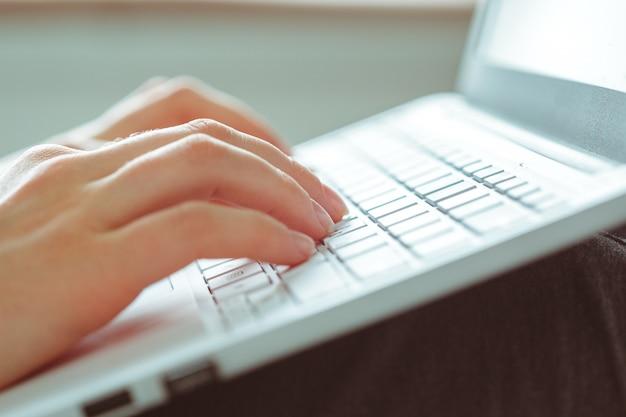 Mulher jovem, usando computador portátil