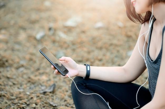 Mulher jovem, usando, dela, telefone móvel, ao ar livre