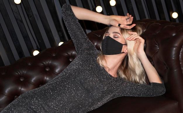 Mulher jovem usando máscara facial em casa