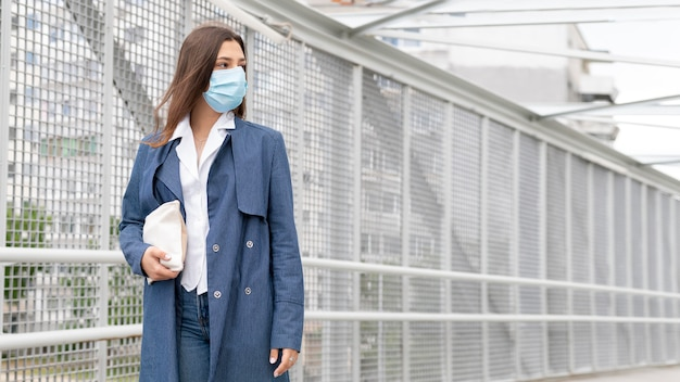 Mulher jovem usando máscara facial tiro médio