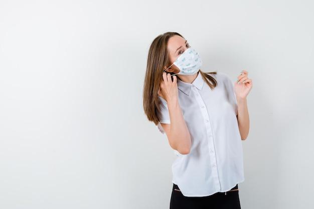 Mulher jovem usando máscara médica